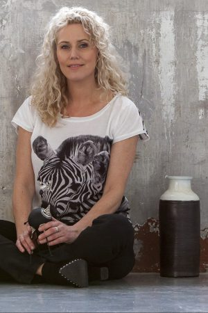 model met zebra shirt